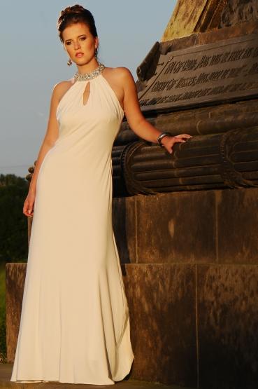 Plesové šaty VICTORIA smetanové. Stále vybíráte  Koukněte také do našeho  akčního výprodeje na slevy až 80%! 3a8139237c7